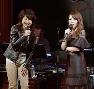 サプライズゲストで楽曲提供した岸谷香(左)も登場した高橋みなみのライブ.jpg