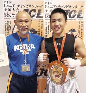 優勝した池上選手(右)とチーフトレーナーの中屋廣隆さん.jpg
