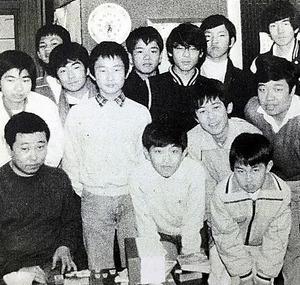八王子将棋クラブで開かれた大会の参加者ら。前列右が小学生の時の羽生竜王.jpg