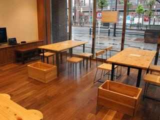 内装やテーブル、椅子などには多摩産材を活用.jpg