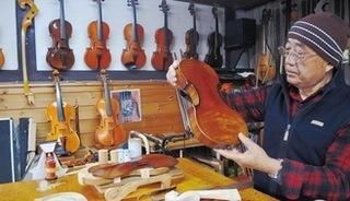 堤琴工房クレモーナでバイオリンの調整をする市川さん.jpg