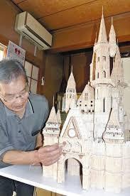 完成間近となった西洋のお城に手を入れる水野さん.jpg