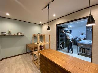 工房の様子がよく見える「IIDA BAKERY」の店内.jpg