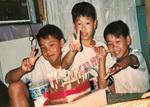 幼いころの3人=提供写真.jpg
