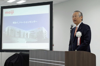 新研究所で記者会見する明治の川村和夫社長.jpg
