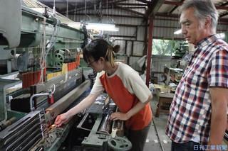 新製品開発の傍ら後進の育成にも力を入れる伝統工芸士の沢井社長.jpg
