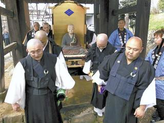 松姫が400年以上前に訪れたとされる総門をくぐる座像.jpg