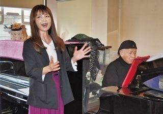福生市のカフェで「高尾山」を歌う植松さん=左。ピアノは高橋さん.jpg