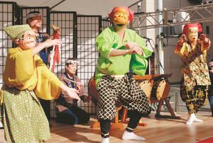 笛や太鼓に合わせ、軽妙な踊りを披露する町田市の「三ツ目囃子」=八王子市で.jpg