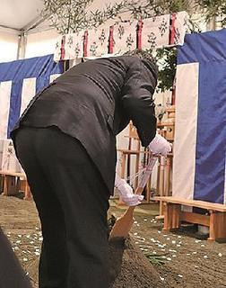鋤を入れる藤井正裕常務執行役員.jpg