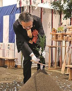 鎌を入れる浦川竜哉常務執行役員.jpg