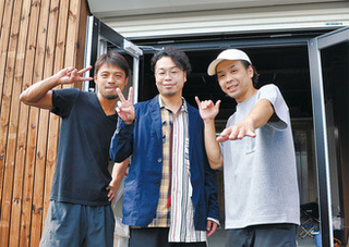 開店準備が進む店舗前にて。左から落合さん、千晴さん、石川さん.jpg